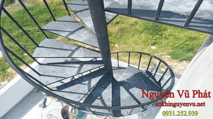 thi công cầu thang sắt xoắn ốc